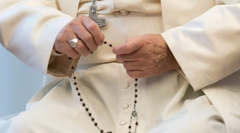 El Papa nos pide descubrir la belleza de rezar el Rosario en casa